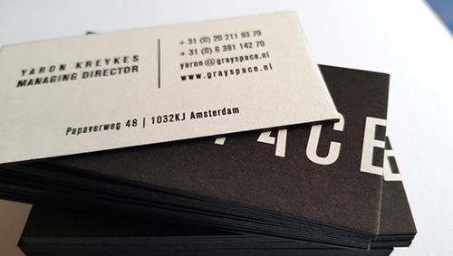 Visitekaart met zwart kleur op snede